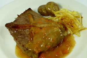 Larded veal steak with chips and champignon