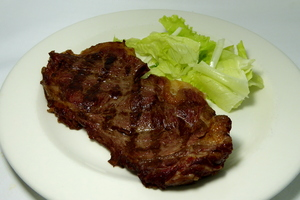 Grilled entrecôte with salad