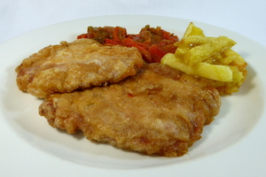 Marinated and battered pork loin with green and red pepper stew and chips