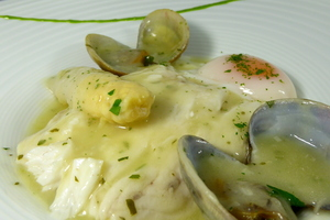 Hake fillets in a green sauce with clams
