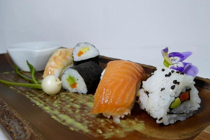W700 maki  nigiri y california roll