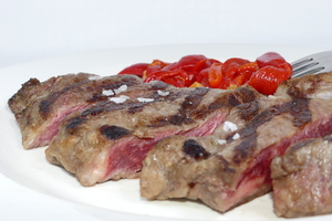 Grilled entrecôte with red pepper stew