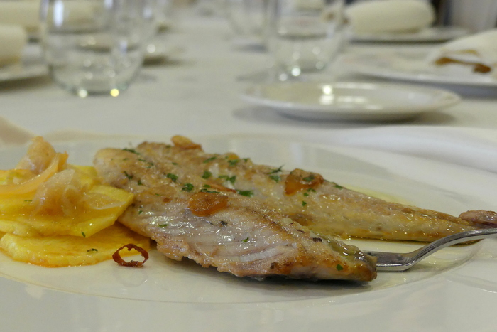 Grilled mackerel with sliced golden potatoes