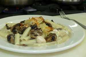 Macaroni with chicken and champignons