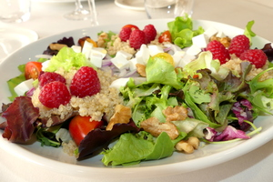 Quinoa, raspberries and walnuts salad