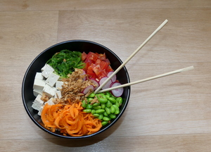 Poke bowl with tofu and brown rice