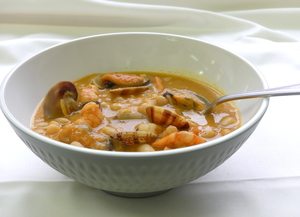 White beans stew with shrimps and clams
