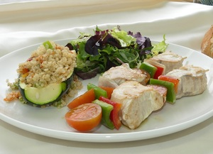 Tuna skewer with salad and courgette filled with quinoa and vegetables